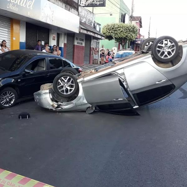 Motorista fica ferido após bater em carro estacionado e capotar em avenida de Tupã