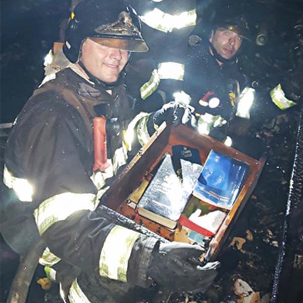 Fogo destrói casa e apenas exemplares da Bíblia escapam das chamas em Marília