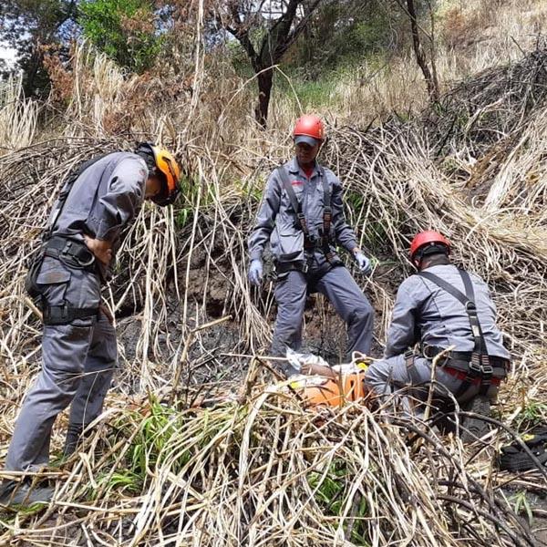 Bombeiros e helicóptero Águia se mobilizam para resgatar jovem que caiu em penhasco em Marília