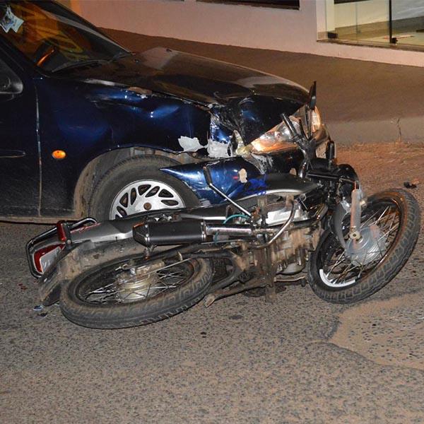 Colisão frontal entre carro e moto deixa duas pessoas feridas em Paraguaçu Paulista