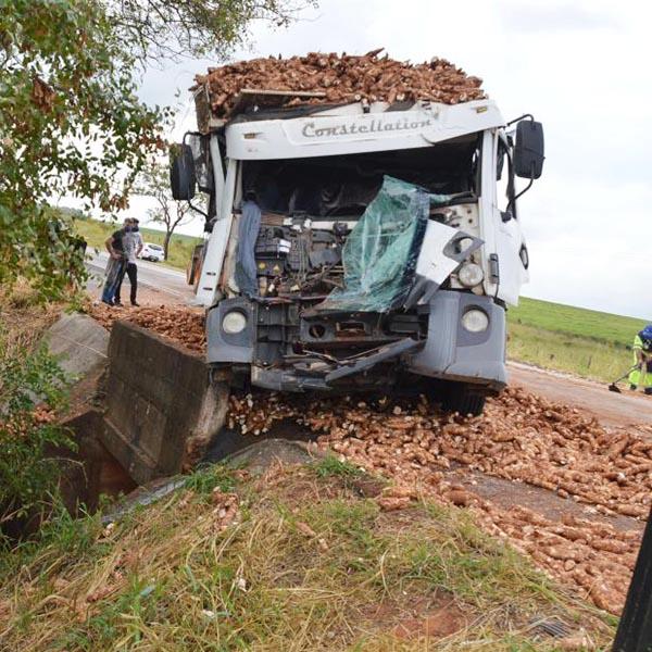 Acidente entre caminhões provoca congestionamento de cerca de 4 km na rodovia Paraguaçu/Quatá