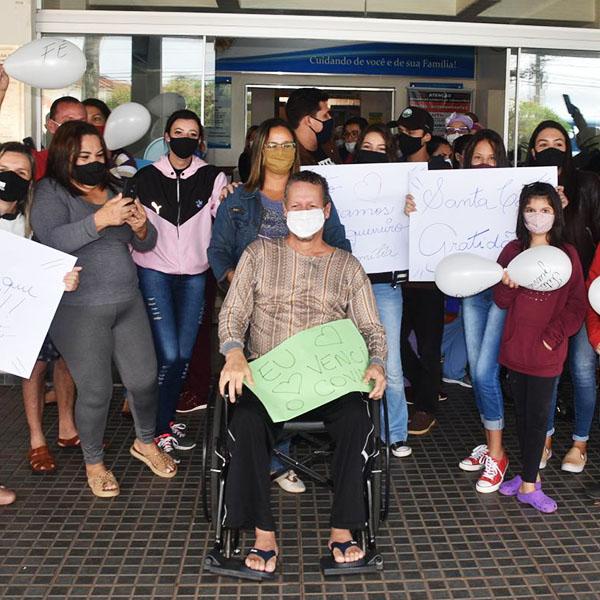 Com festa, paciente curado de Covid-19 recebe alta em Paraguaçu Paulista