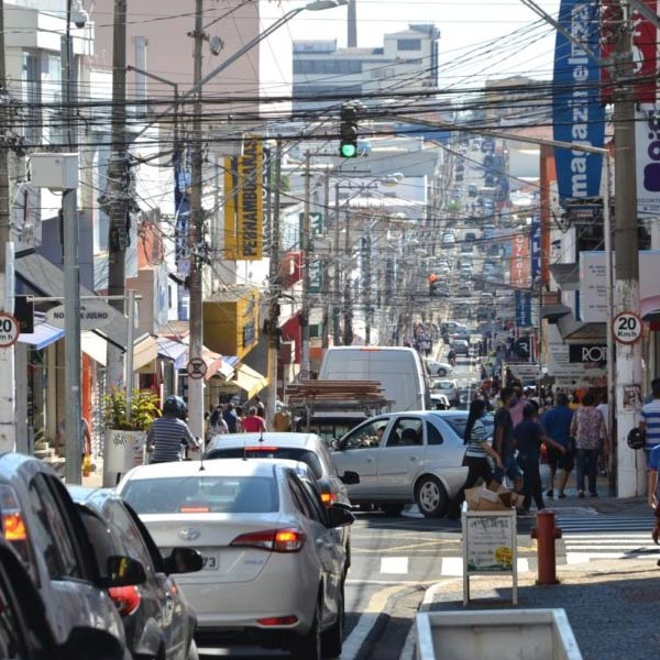 Reabertura do comércio tem filas e movimento intenso em Marília