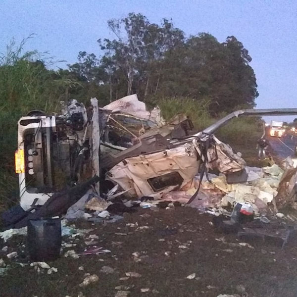 Motorista morre após caminhão tombar na rodovia em Assis