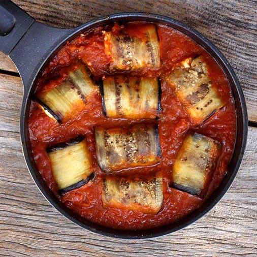 Rolinhos de berinjela com ricota ao molho de tomate