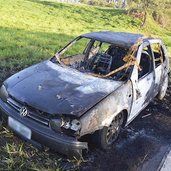 Carro fica destruído pelo fogo na rodovia Paraguaçu/Quatá