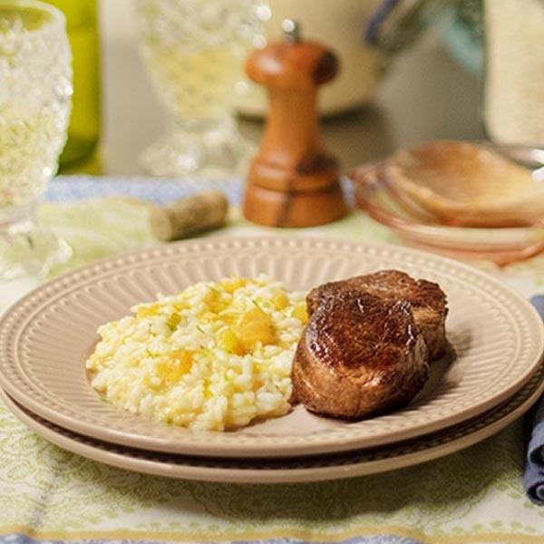 Risoto de queijo e damasco na pressão com medalhão grelhado