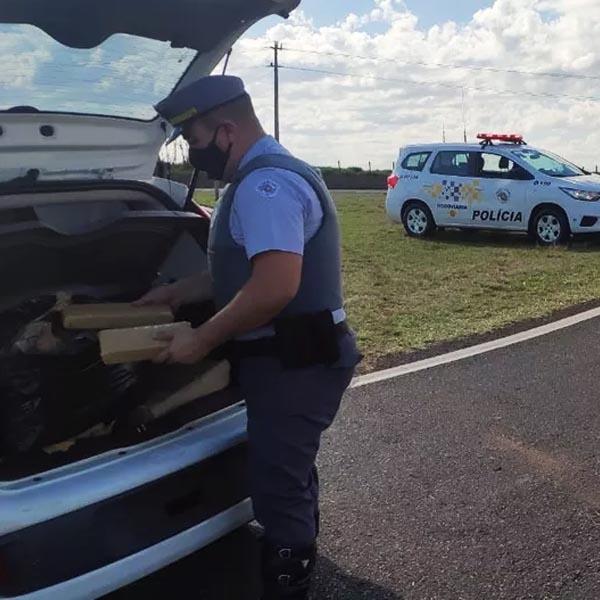 Polícia prende motorista por tráfico de drogas após bater carro durante fuga em rodovia de Assis