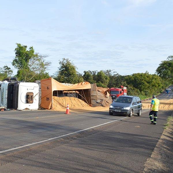 Carreta tomba e carga de farelo de soja fica espalhada pela rodovia Paraguaçu/Quatá
