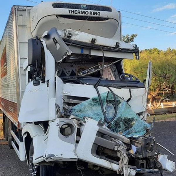 Motorista de caminhão frigorífico fica ferido após bater na traseira de carreta em Palmital