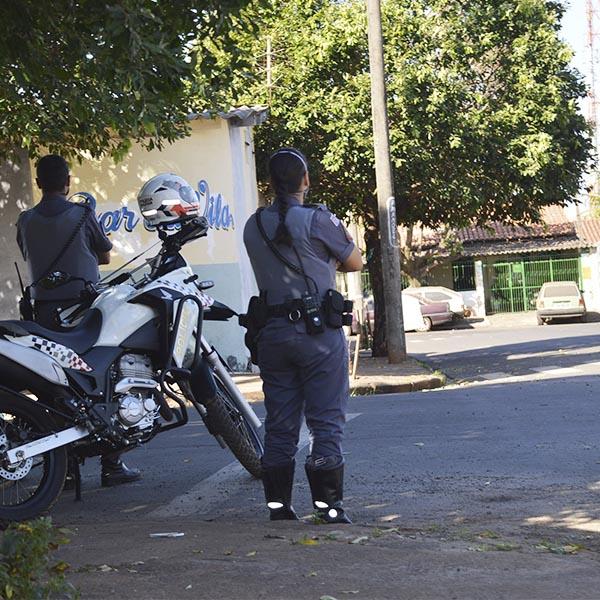 Homem é baleado por desconhecido na Vila Marim