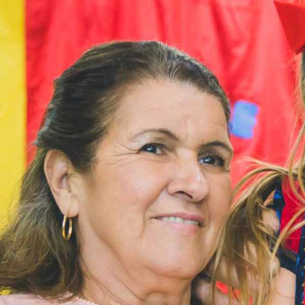 Maria Aparecida recebe os parabéns pelo seu aniversário