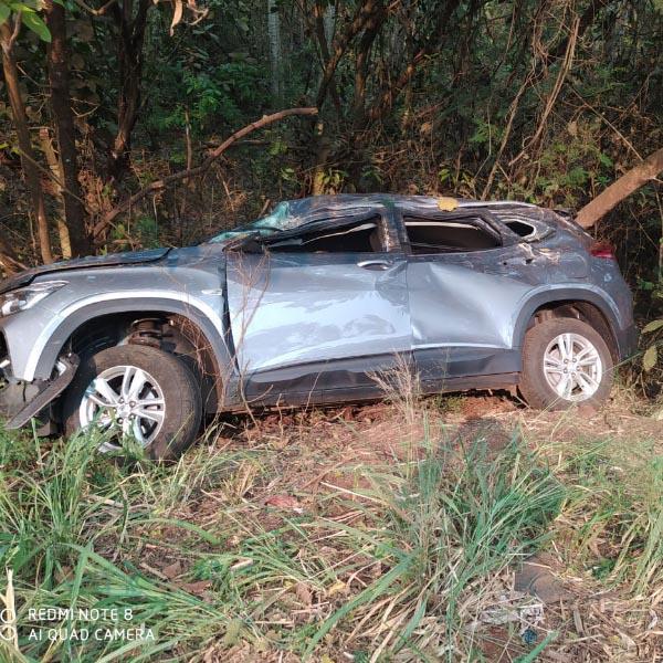 Motorista fica ferida e carro destruído após capotamento na vicinal Paraguaçu/Maracaí