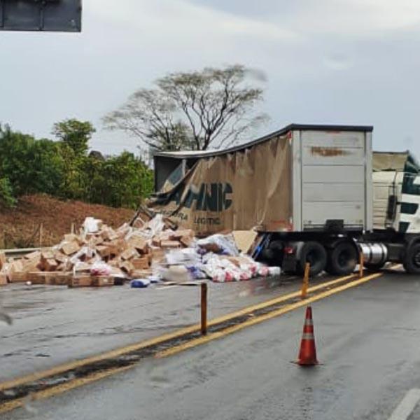 Carga de sabão em pó fica espalhada pela rodovia após acidente em Assis
