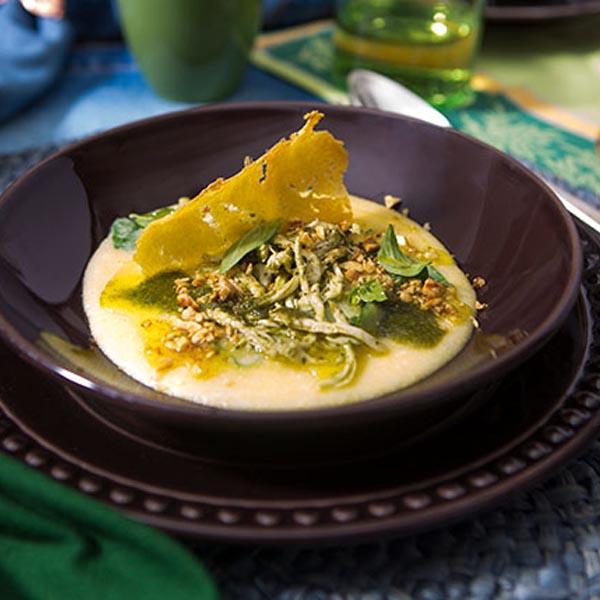 Polenta com espinafre, frango e pesto