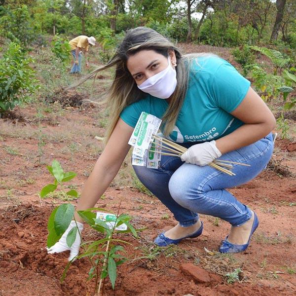 Para celebrar mês da luta pela inclusão social, Apae faz plantio de árvores nativas