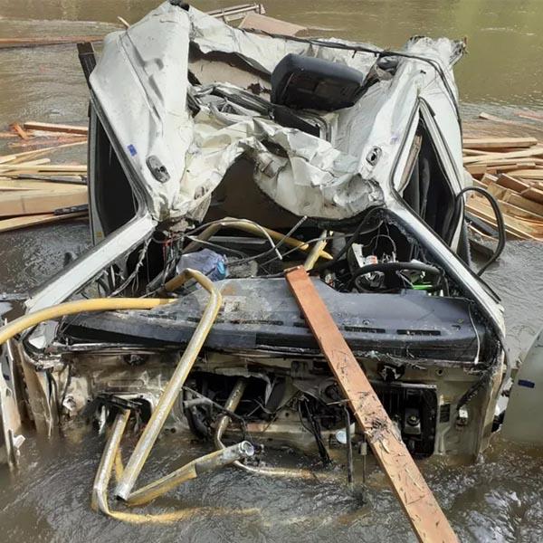 Caminhão carregado com madeira cai em rio e deixa motorista ferido entre Tupã e Quatá