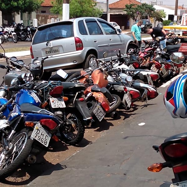 Motorista perde o controle e bate em 15 motos estacionados em Assis