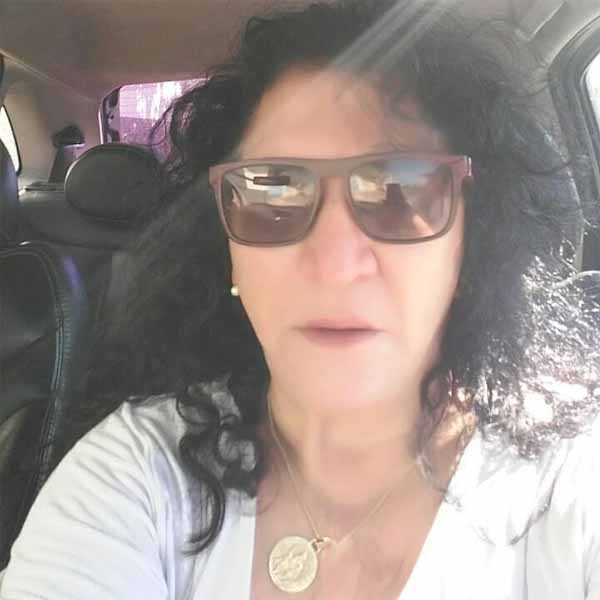 Hoje é o dia de cantar parabéns para Celia Oliveira.