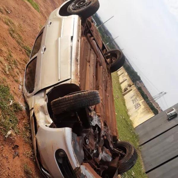 Motorista perde o controle e carro capota em avenida de Assis