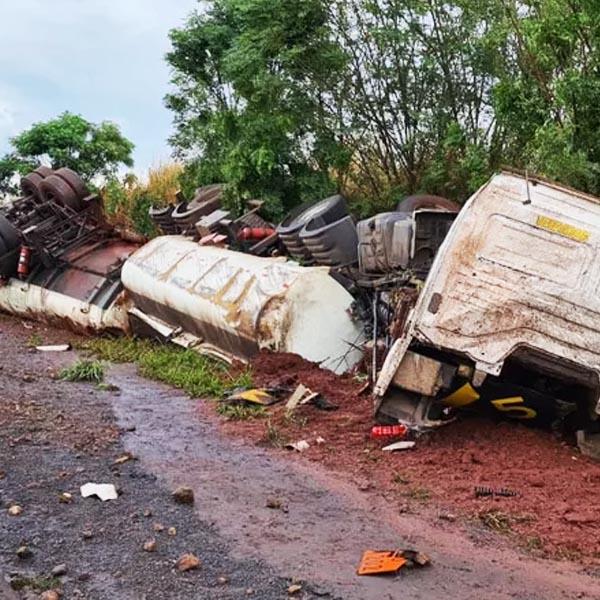Caminhão carregado com cerca de 35 mil litros de óleo diesel bate em barranco e tomba em Rancharia