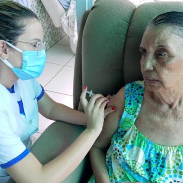 Mais de 60 idosos abrigados são vacinados contra a Covid-19 em Paraguaçu Paulista