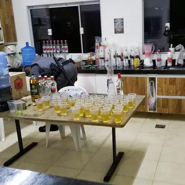 Balada com cerca de 200 pessoas é interditada em chácara de Marília