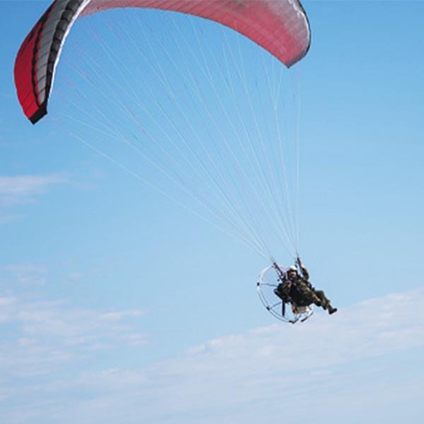 Piloto de paraglider faz pouso de emergência na zona rural de Assis