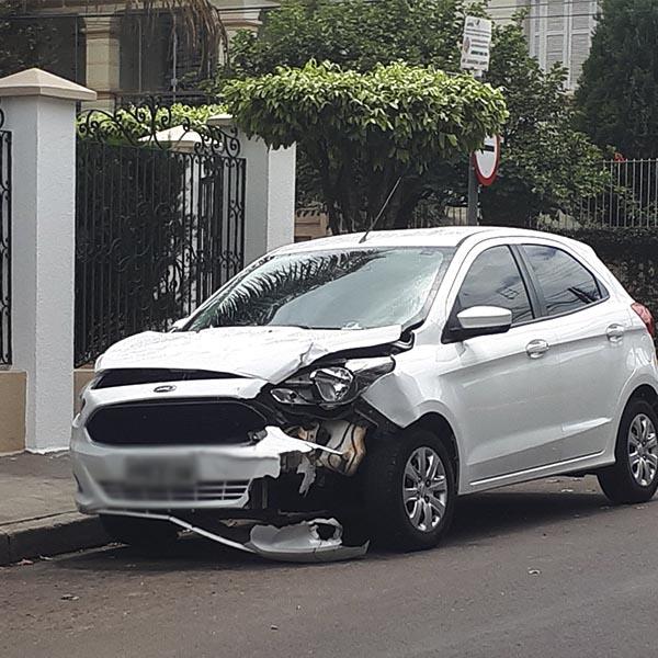 Mesmo com nova sinalização, acidente entre veículos é registrado em cruzamento no centro