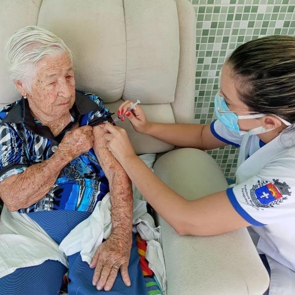 Residentes e equipe do Sênior Bela Vitta são vacinados contra a Covid-19
