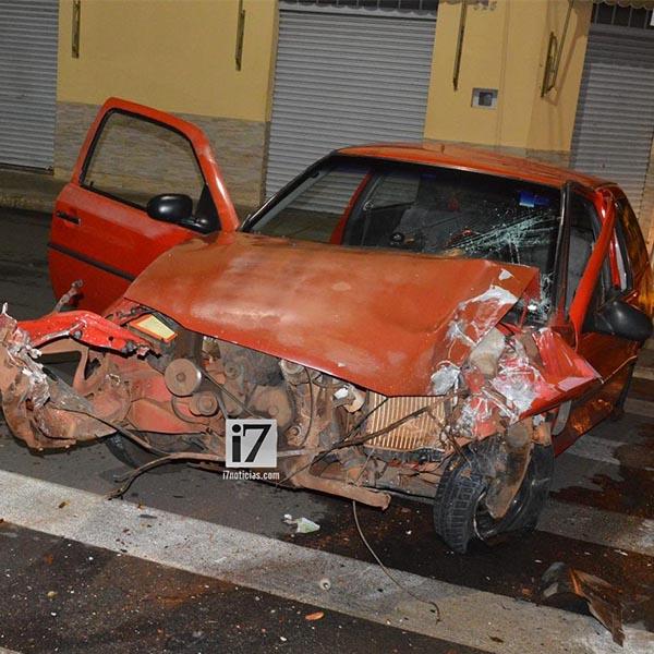 Veículo fica com a frente destruída após colidir contra poste no centro de Paraguaçu Paulista