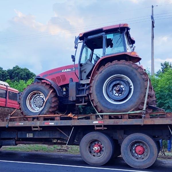 Trator furtado de empresa é encontrado sendo transportado por caminhão em rodovia de Paraguaçu