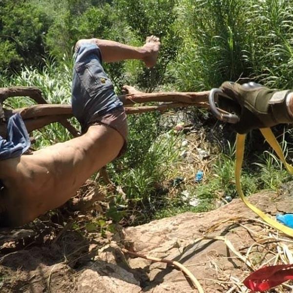 Bombeiros resgatam idoso de penhasco em Marília