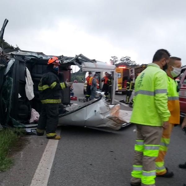 Van de Paraguaçu Paulista que levava pacientes para SP sofre grave acidente