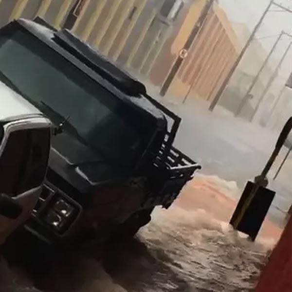 Veículos são arrastados por enxurrada durante chuva forte em Tupã
