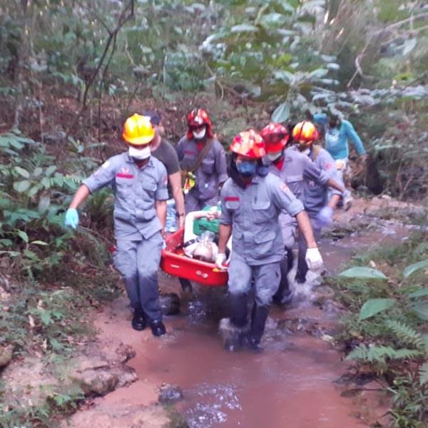 """Corpo de Bombeiros socorre mulher que quebrou perna na """"Toca da Onça"""" em Quatá"""