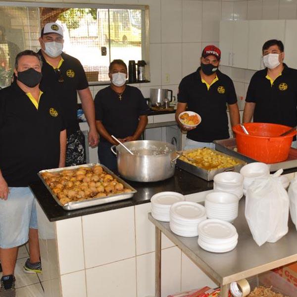 Turma de amigos distribui mais de 200 marmitas no domingo de Páscoa
