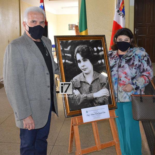 Placa comemorativa marca Centenário de Maria Paula Gambier Costa