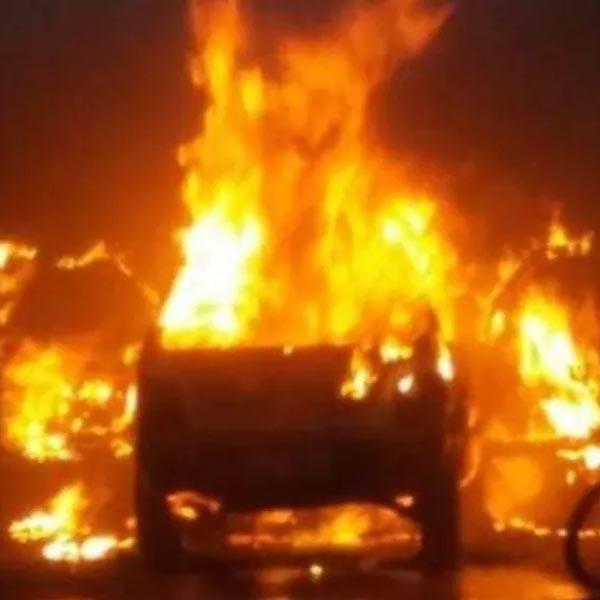 Incêndio atinge revenda de veículos e destrói carros e motocicleta em Marília