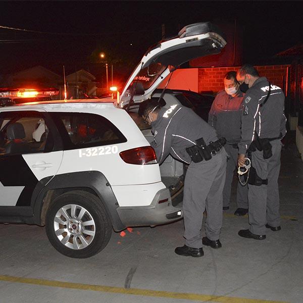 Homem é detido por populares após furtar dinheiro de mulher dentro de agência bancária