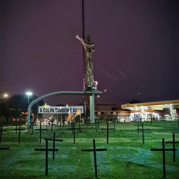 Advogado instala cruzes pretas em rotatória de Assis para homenagear moradores que morreram de Covid