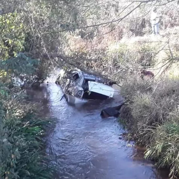 Homem morre após carro capotar e cair dentro de rio na região de Assis
