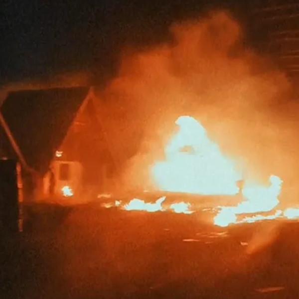 Incêndio atinge chalés de motel desativado em Assis