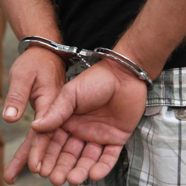 Homem é preso após ser flagrado com cadeiras de área furtadas
