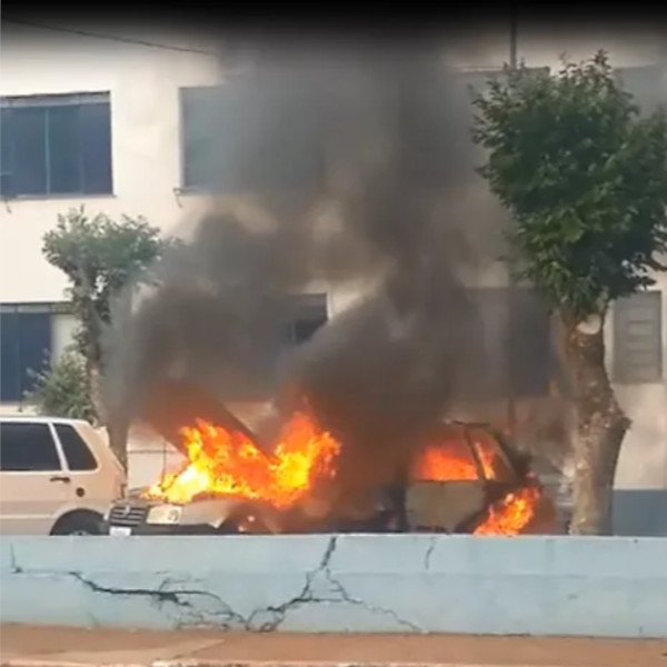 Carro da prefeitura pega fogo após motorista tentar dar partida em Assis