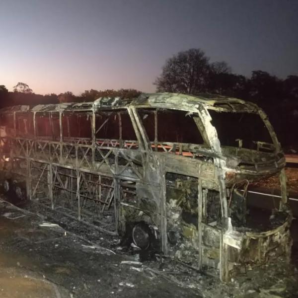 Incêndio em ônibus mobiliza Policiamento Rodoviário e Corpo de Bombeiros na SP-270 em Rancharia
