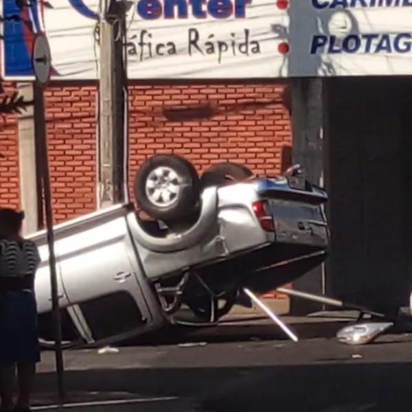 Caminhonete capota após acidente com carro no centro de Assis