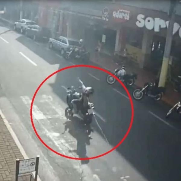Motociclista se enrosca em cabo solto de rede elétrica e é arremessado do veículo; vídeo