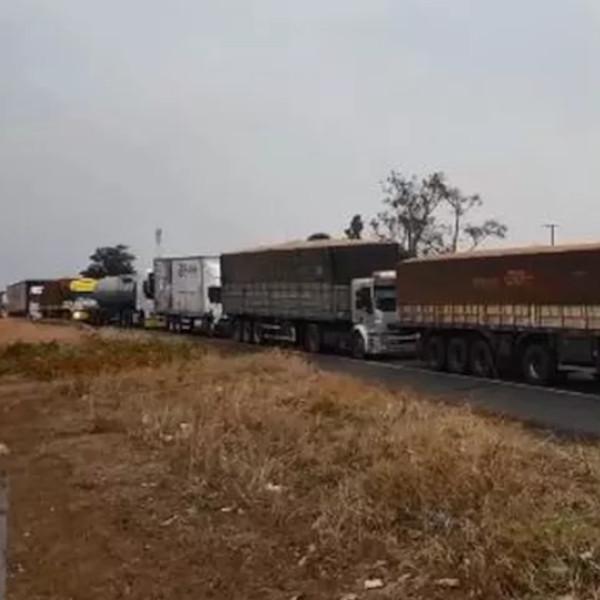 Caminhoneiros interditam trecho de rodovia em Marília
