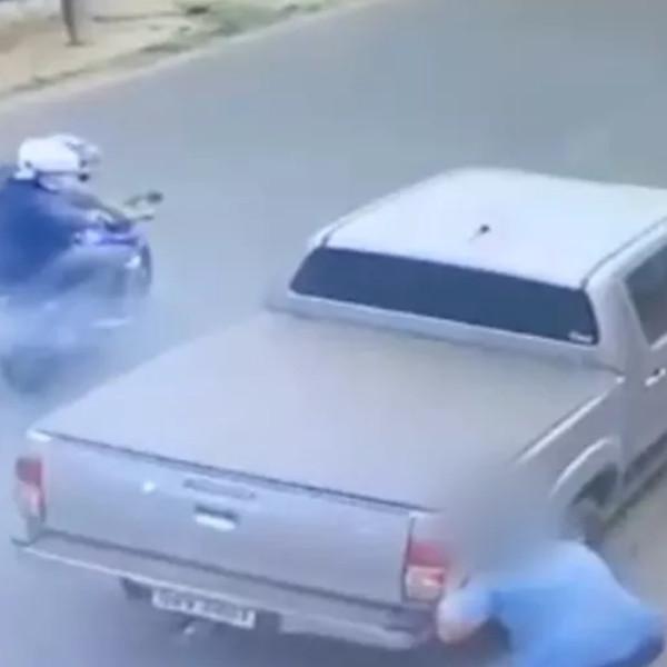 Homem é atacado com tiros e escapa ileso após se esconder atrás de caminhonete, em Paraguaçu